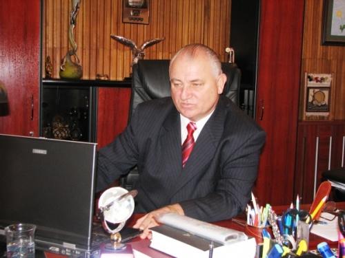 """Chestorul şef Pavel Abraham, acum pensionar, are mai mult timp să-şi consulte baza de date din laptop şi să """"dea pe goarnă"""""""