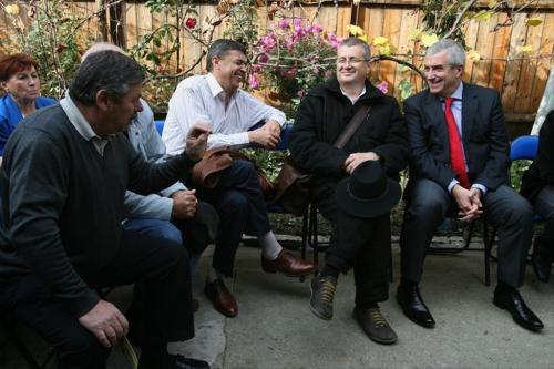 Dom' Tariceanu, va votez, bre! Ai venit si cu una dintre fetele Cotidianului aici, in curte la tanti Aurica...Ce mai, ne respecti! Punt doua stampile pe buletinu mata, sa fiu sigur ca te alegi!