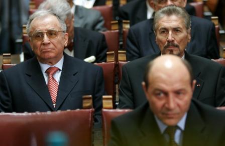 Ion Iliescu şi Emil Constantinescu fac un marcaj strâns, din spate, la Traian Băsescu