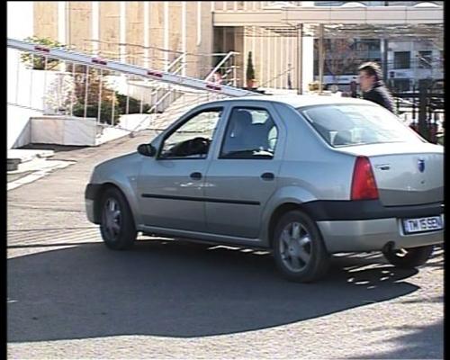 Maşina Camerei Deputaţilor oprită de jandarmi la intrarea în Guvern, motiv pentru care fostul ministru al PNL este nevoit să meargă pe jos