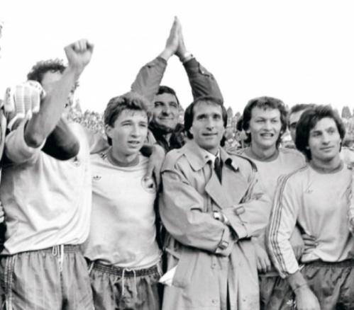 Valentin Ceauşescu alături de echipa Naţională. Îi puteţi recunoaşte pe Dan Petrescu, Rică Răducanu şi Dănuţ Lupu.