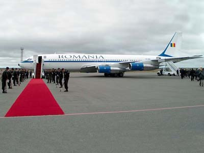 Boeing 707-avion din anii '70, acum dus la verificări, şi caruia i se permite aterizearea pe aeroporturile lumii numai pentru că îl are la bor pe preşedintele României